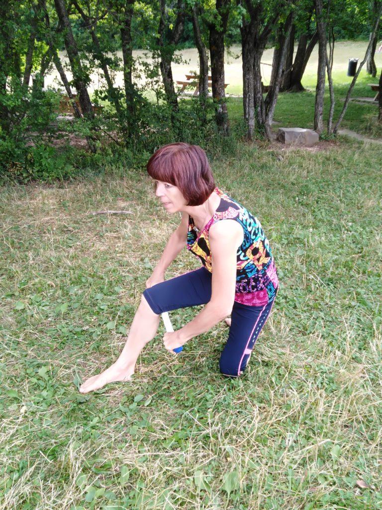 massage du mollet avec baton de massage