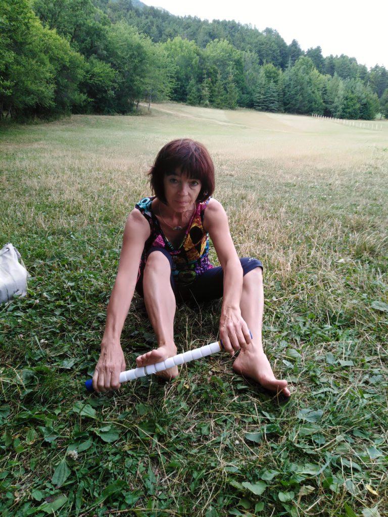 massage du pied avec le baton de massage